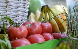 Les légumes sur un marché d'agriculteurs calent, dans des boîtes et des paniers photographie stock libre de droits