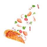 Les légumes volent à la pizza sur un fond blanc Photos stock