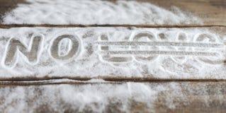 Les labels aiment, couplent, aiment, des relations, sucre, le sel, amertume sur le fond des conseils le fond de la neige Images stock