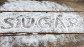 Les labels aiment, couplent, aiment, des relations, sucre, le sel, amertume sur le fond des conseils le fond de la neige Photos libres de droits