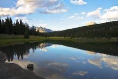 Les lacs cascade au Canada. Lever de soleil Images libres de droits