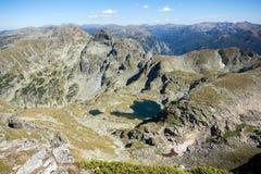 Les lacs et l'Orlovets Elenski font une pointe, montagne de Rila Photos stock