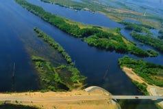 Les lacs et les rivières avec un ` s d'oiseau observent images libres de droits