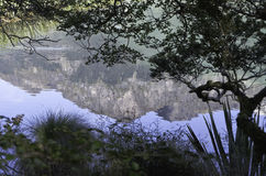 Les lacs mirror en parc national de Fiordland Le beau Nouvelle-Zélande Images stock