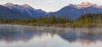 Les lacs vermeils ont ondulé des réflexions Images stock