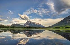 Les lacs vermeils perfectionnent la réflexion Image stock