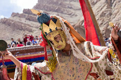 Les lamas bouddhistes tibétains dans les masques mystiques exécutent une danse rituelle de Tsam Monastère de Hemis, Ladakh, Inde Photo libre de droits