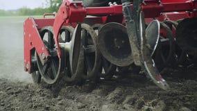 Les lames cultivateur et l'encemencement de semoir usinent travailler au champ agricole banque de vidéos