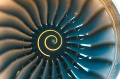 Les lames de turbine de turbines de fond tournent la fin d'avions de moteur à réaction  Photos stock