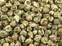 Les lames du thé vert ont tordu en perles Images libres de droits
