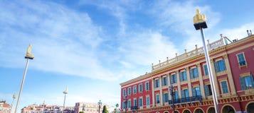 Les lampes rougeoyantes de statue avec le fond de fenêtre sur Massena ajustent dans Nice Cote d'Azur, France Photographie stock libre de droits