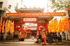 Les lanternes accrochantes de Xixiang Pak Tai Temple et les drapeaux colorés, préparent pour effectuer la célébration Photo stock