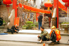 Les lanternes accrochantes de Xixiang Pak Tai Temple et les drapeaux colorés, préparent pour effectuer la célébration Photos stock