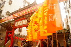 Les lanternes accrochantes de Xixiang Pak Tai Temple et les drapeaux colorés, préparent pour effectuer la célébration Image libre de droits
