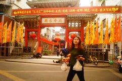 Les lanternes accrochantes de Xixiang Pak Tai Temple et les drapeaux colorés, préparent pour effectuer la célébration Photographie stock