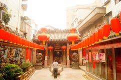 Les lanternes accrochantes de Xixiang Pak Tai Temple et les drapeaux colorés, préparent pour effectuer la célébration Photo libre de droits