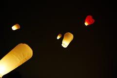 Les lanternes chinoises dans le ciel de nuit Photographie stock libre de droits