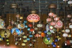 les lanternes color?es se sont vendues au march? ? H?raklion photo libre de droits