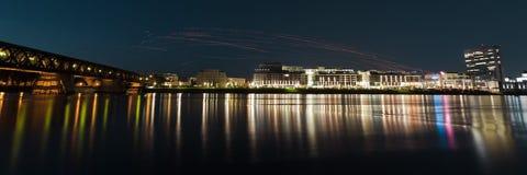 Les lanternes de souhait libèrent sur la rive dans le panorama image stock