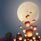 Les lanternes de souhait volent au-dessus de la pleine lune Photographie stock