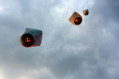 Les lanternes portent des souhaits chinois de nouvelle année dans les cieux au festival de lanterne de ciel de Pingxi à Taïwan Photos libres de droits