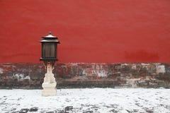 Les lanternes rouges près du mur du Cité interdite Photo stock