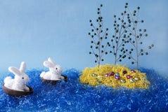Les lapins de Pâques découvrent l'île de Pâques. photographie stock libre de droits