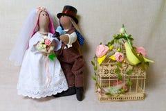 Les lapins de Pâques, lapin joue dans le mariage de forme Jeunes mariés de textile Photographie stock