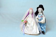 Les lapins de Pâques, lapin joue dans le mariage de forme Jeunes mariés de textile Images libres de droits