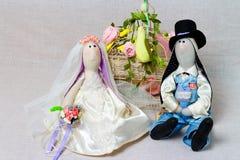 Les lapins de Pâques, lapin joue dans le mariage de forme Jeunes mariés de textile Photo stock