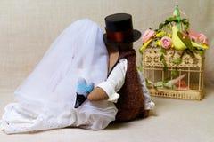 Les lapins de Pâques, lapin joue dans le mariage de forme Jeunes mariés de textile, derrière Photo stock