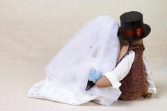 Les lapins de Pâques, lapin joue dans le mariage de forme Jeunes mariés de textile, derrière Images stock
