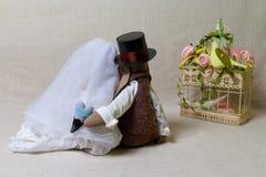 Les lapins de Pâques, lapin joue dans le mariage de forme Jeunes mariés de textile, derrière Photo libre de droits