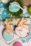 Les lapins multicolores de Pâques egg le miel-gâteau, herbe, photographie de nourriture Photo libre de droits