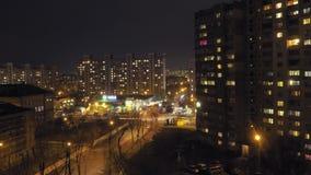 les laps de temps 4K, ville de nuit, zone résidentielle, phares de voiture se déplacent rapidement et les champs légers par les f clips vidéos