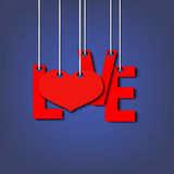 Les lettres aiment et coeur accrochant sur des cordes Photo libre de droits
