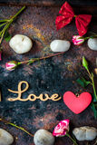 Les lettres AIMENT sur le fond rustique avec des coeurs et des fleurs Image libre de droits