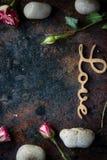Les lettres AIMENT sur le fond rustique - concept du jour de Valentines Photographie stock