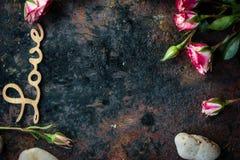 Les lettres AIMENT sur le fond rustique - concept du jour de Valentines Image stock