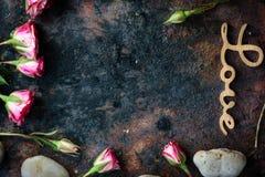Les lettres AIMENT sur le fond rustique - concept du jour de Valentines Images libres de droits