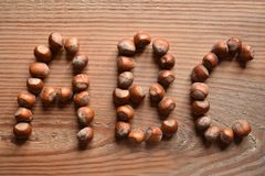 Les lettres A, B, et C formé avec des noisettes photographie stock libre de droits