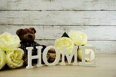 Les lettres décoratives expriment à la maison avec des fleurs de pivoine sur le fond en bois Image stock