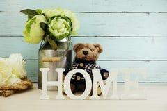 Les lettres décoratives expriment à la maison avec des fleurs de pivoine sur le fond en bois Image libre de droits