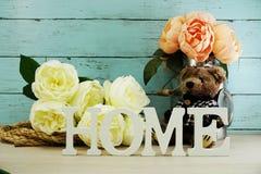 Les lettres décoratives expriment à la maison avec des fleurs de pivoine sur le fond en bois Photographie stock libre de droits