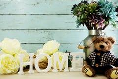 Les lettres décoratives expriment à la maison avec des fleurs de pivoine sur le fond en bois Images stock
