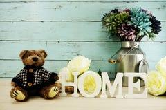 Les lettres décoratives expriment à la maison avec des fleurs de pivoine sur le fond en bois Photo libre de droits