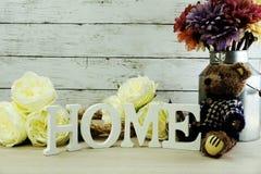 Les lettres décoratives expriment à la maison avec des fleurs de pivoine sur le fond en bois Photo stock