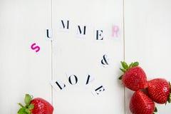 Les lettres d'été et d'amour ont coupé de la magazine Photos stock