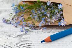 Les lettres d'amour et m'oublient pas des fleurs Photo libre de droits