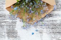Les lettres d'amour et m'oublient pas des fleurs Photos libres de droits
